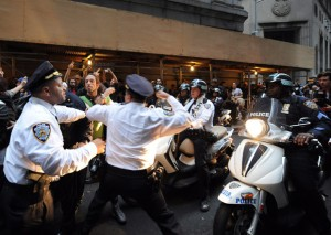 http://www.altrenotizie.org/images/stories/2011-5/police-throw-punch_2027151i-300x213.jpg